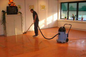 schoonmaken van een linoleum vloer
